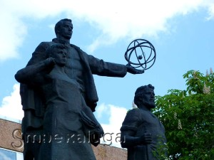 """Скульптура """"Слава труду"""" возле проходной КЭМЗ калуга"""