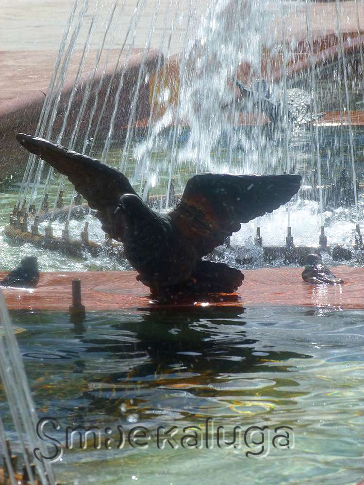 Городская скульптура «Голуби»