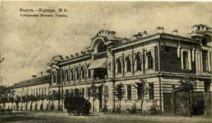 На фотографии слева от здания видна разрушенная двухэтажная постройка 1865 года калуга