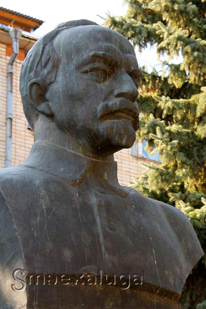 Памятник-бюст А. В. Луначарского