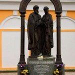 Скульптура Петра и Февронии Муромских в калуге