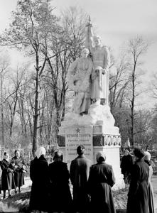 Первый монумент на воинском кладбище в Калуге: советский солдат со знаменем и женщина с венком калуга