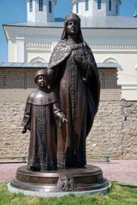 Памятник Евдокии Стрешневой у входа в Свято-Георгиевский Мещовский мужской монастырь калуга