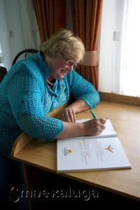 Елена Белова пишет инскрипт калуга