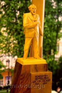 Макет паямтника К. Э. Циолковского с ракетой калуга