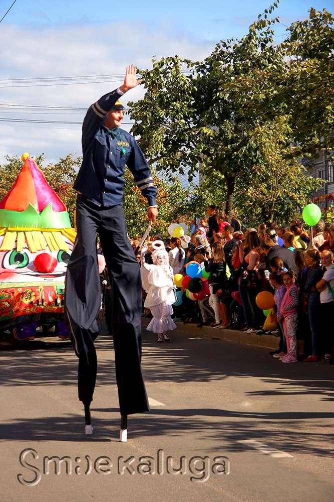 «Гаишник» на ходулях, мушкетеры, бурлаки — по центральным улицам вновь прошел калужский карнавал