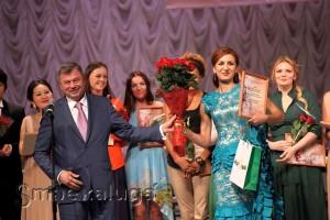 Анатолий Артамонов вручает специальный приз губернатора Эмилии Аблаевой калуга