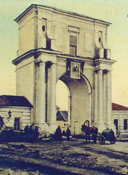 Московские ворота и часовня Александра II