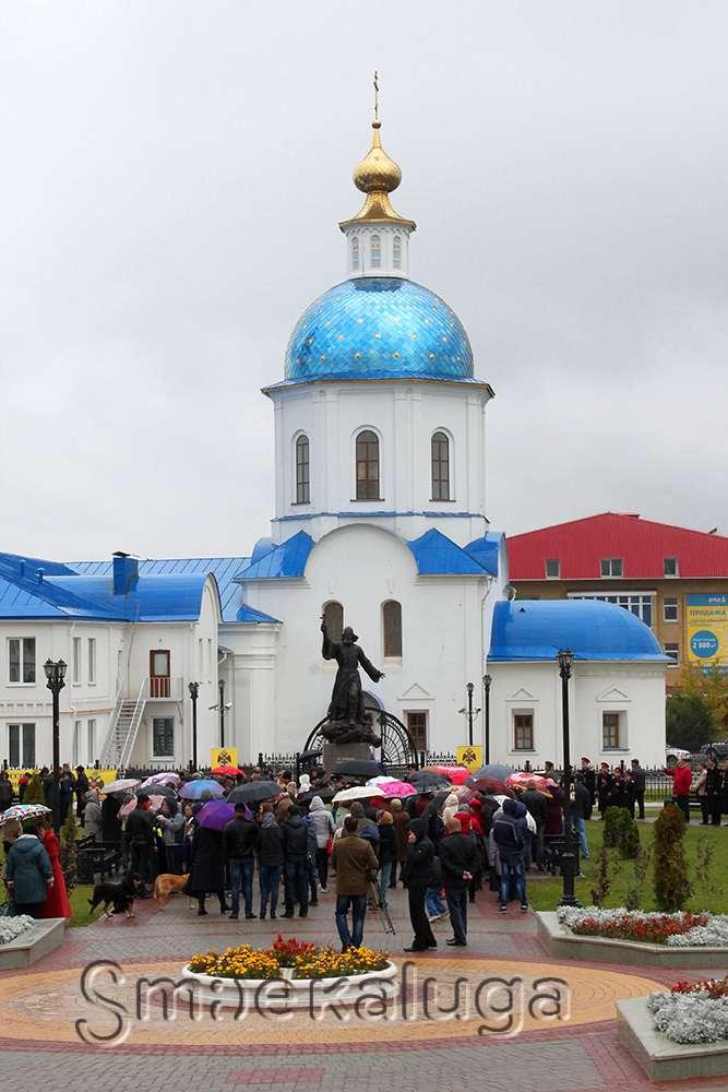 В Малоярославце появился первый в России памятник полковому священнику