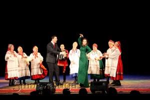 Наталья Николаева и Игорь Корнилов танцуют вместе с Дешовским народным хором калуга