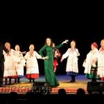 Наталья Николаева и Игорь Корнилов танцуют вместе с Дешовским народным хором в калуге