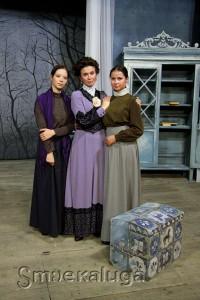 Слева направо: Евгения Одинцова (Варя), Евгения Гравит (Раневская), Екатерина Крохмалёва (Аня) калуга
