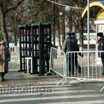 На входе на Театральную площадь установили ограду и металлоискатели калуга