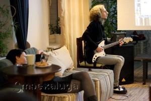 На гитаре играет Геннадий Попов калуга