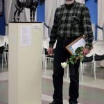 Николай Смирнов со скульптурой «Посвящается Герою войны 1812 года Делянову Д. А.» калуга