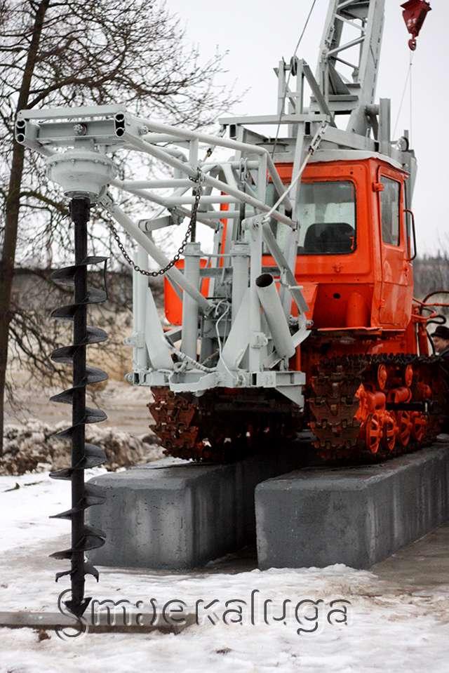 В Калуге появился монумент бурильно-крановой машины БКГО-67