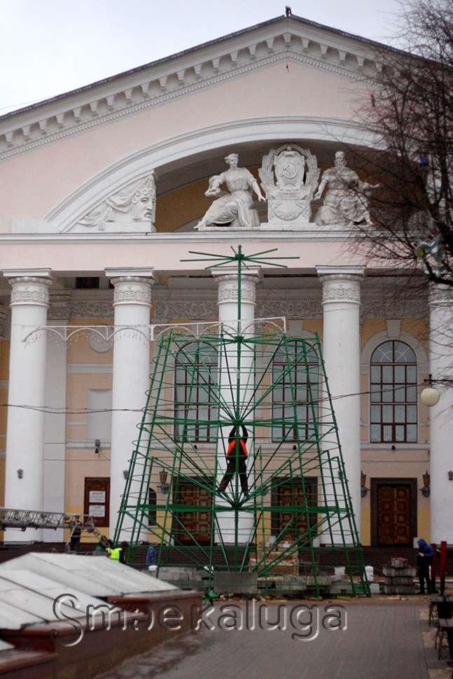 На Театральной площади продолжается установка главной ёлки города