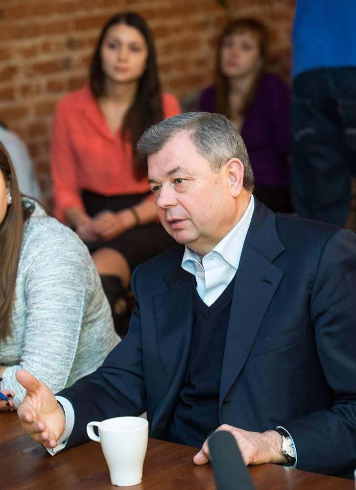 Губернатор встретился с членами регионального Молодёжного правительства разных лет в тайм-кафе «Циолковский»