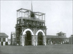Входная арка на Всероссийскую сельскохозяйственную и кустарно-промышленную выставку в 1923 году архитектором И. В. Жолтовским калуга