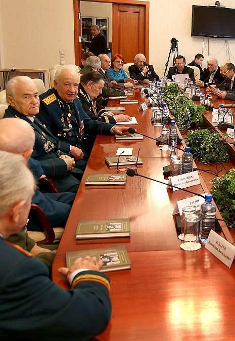 Ветераны спорта предложили перенести галерею портретов Героев Советского союза на площадь Победы