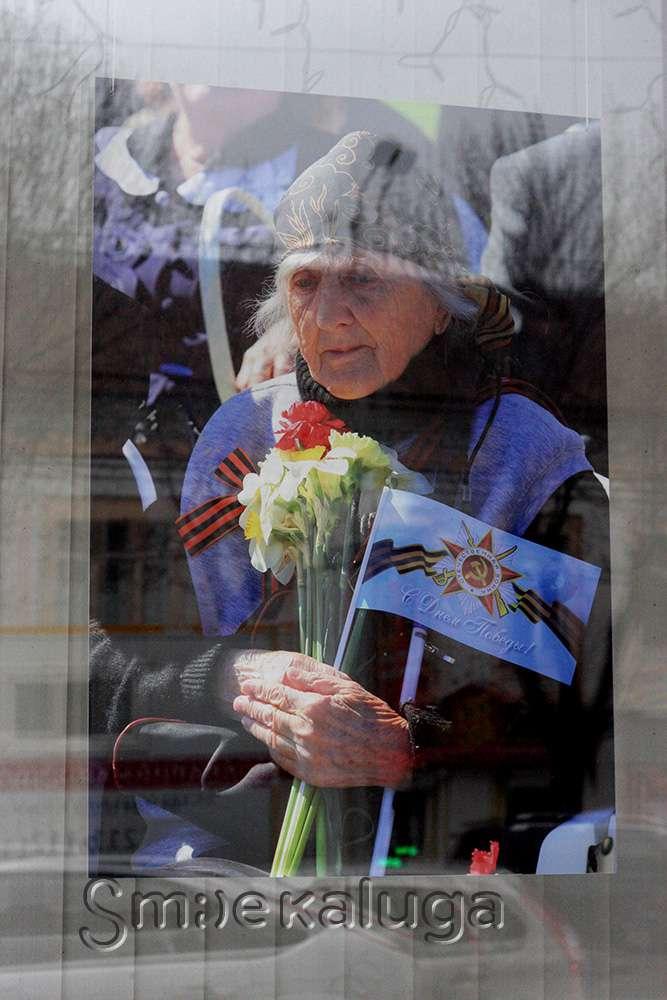 Выставка фотографий, посвящённая юбилею Поста №1, в витрине Дома художника