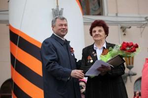 Анатолий Артамонов поздравляет ветерана Зою соколову калуга
