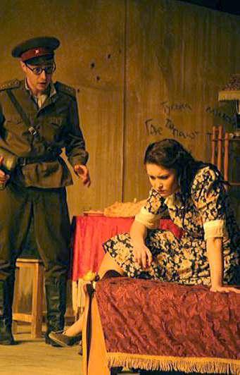 Калужский театр юного зрителя представил новый спектакль для взрослых «Запомните нас весёлыми (Барабанщица)»