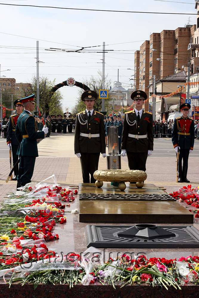 На площади Победы прошла церемония перезахоронения останов Неизвестного солдата и вновь зажегся Вечный огонь