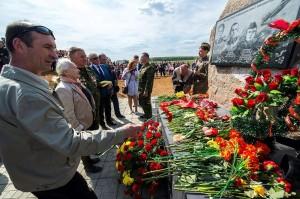 Присутствующие возложили цветы к памятнику калуга