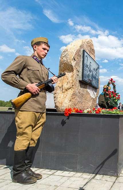 На месте гибели экипажа самолёта Пе-2 открыли памятный знак