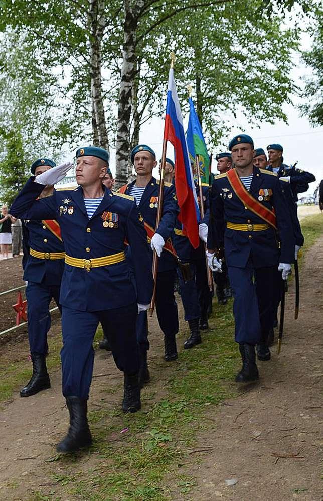 В Жуковском районе открыли памятник воинам-десантникам
