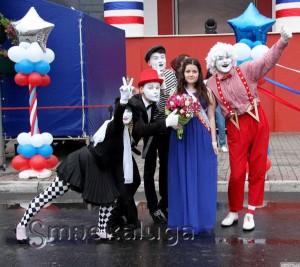 Ведущие и мимы подздравили выпускниц, у которых в этот день был ещё и день рождения