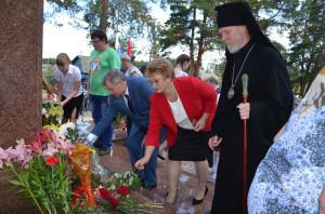 Возложение цветов к памятнику юхнов