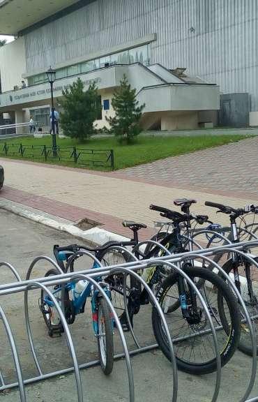 У здания Государственного музея истории космонавтики и Дома-музея Чижевского появились велопарковки