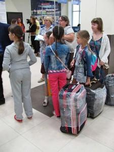 Юные пассажиры ожидают рейс в Анапу