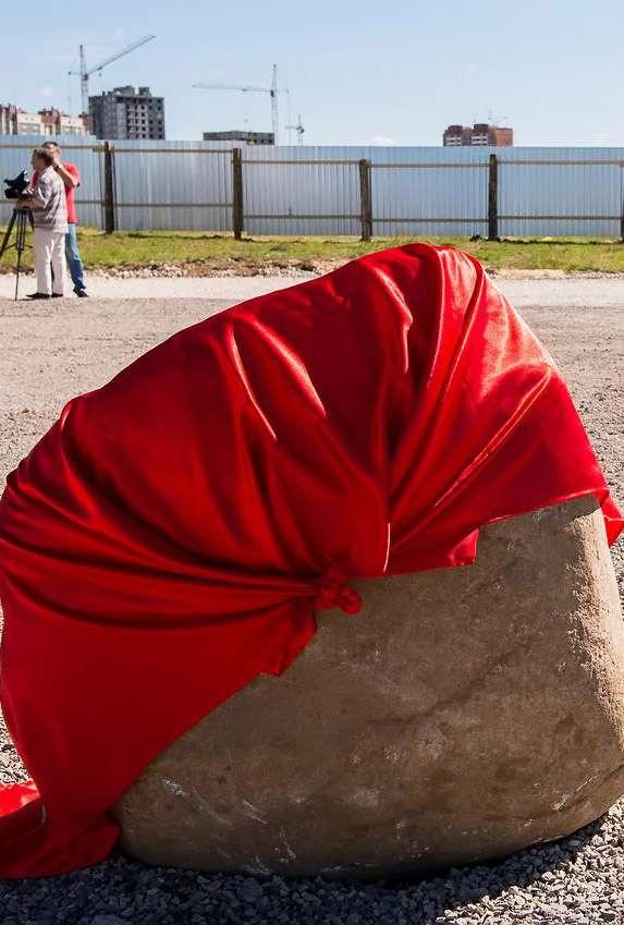 На Правобережье установлен символический камень в честь начала строительства миниполиса «Веснушки»