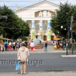 Украсили колонный Калужского областного драматического театра калуга