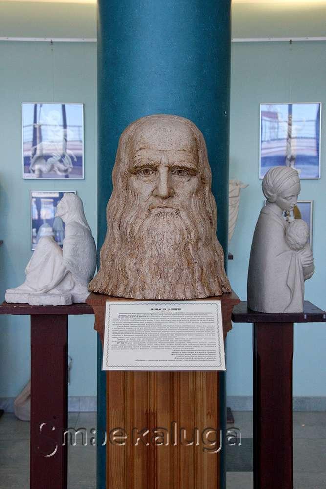 В Калужской областной филармонии открылась выставка скульптур Алексея Леонова