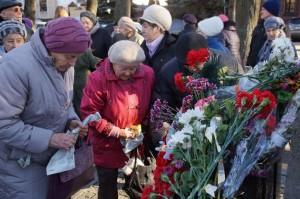 Здесь зажгли свечи и возложили к монументы цветы и венки