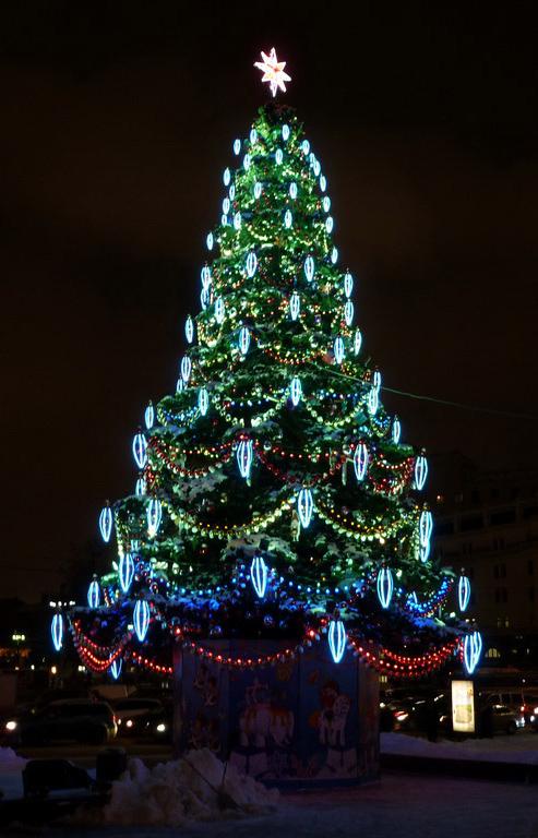 К Новому году на Театральной площади установят новую 22-метровую ель