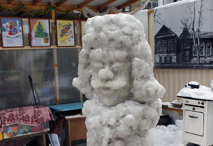 Во дворе Музея ремесла, архитектуры и быта представлены ледяные скульптуры