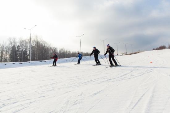 На территории туристической базы Лаврово-Песочня работает горнолыжный склон