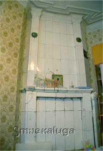 Сохранившаяся керамическая печь в одной из квартир дома калуга