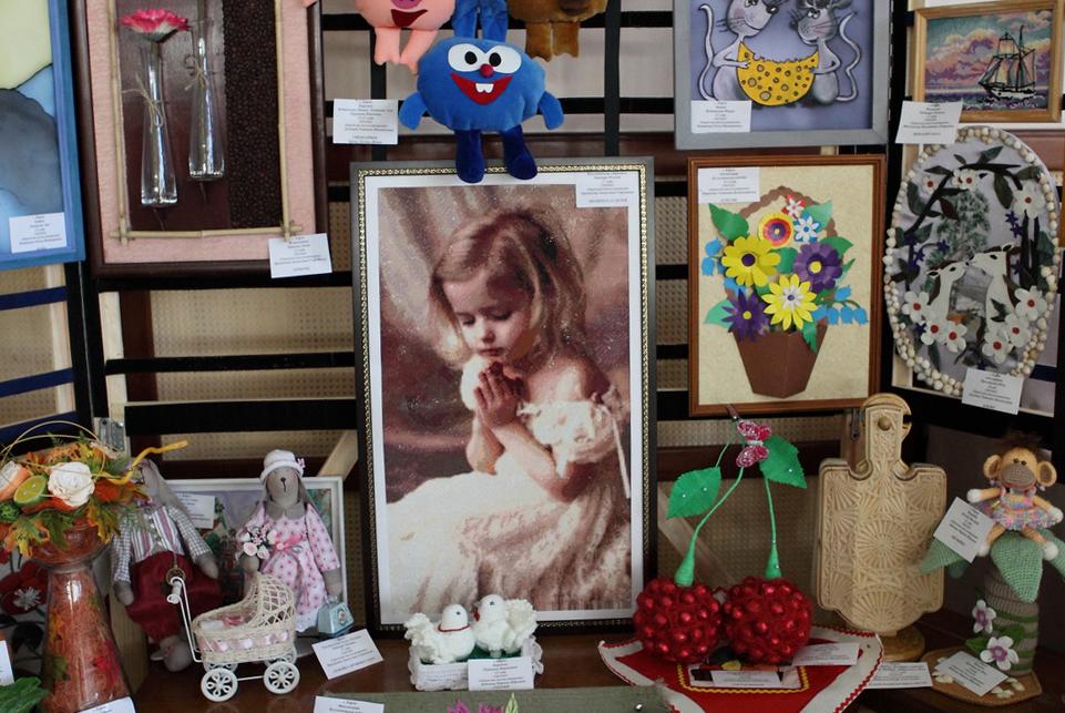В Демонстрационно-выставочном комплексе администрации проходит выставка творчества воспитанников детских домов и интернатов