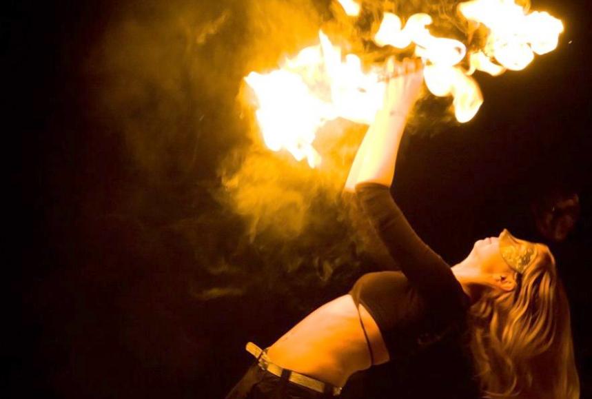 Вечером 13 мая на площадке перед ОМЦ зажгутся огненные шары и появятся картины, нарисованные светом