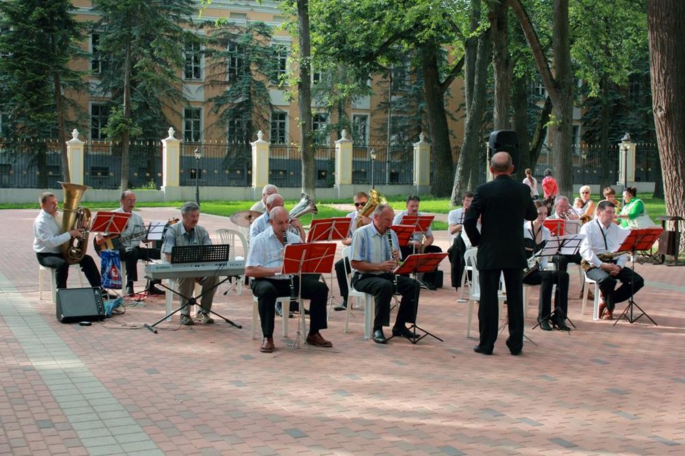 Традиция летних вечеров отдыха «Музыка в старом парке» в июле продолжается
