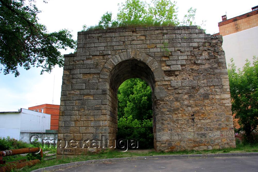 Сохранившиеся опоры старинного Брянского моста во дворе улицы Московской