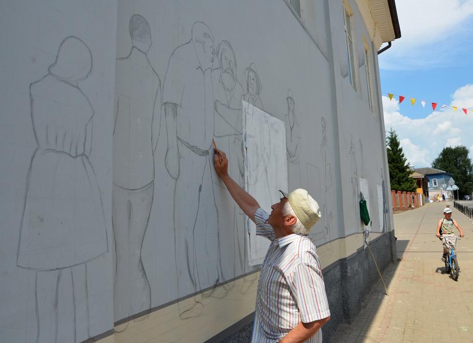 Боровский художник Владимир Овчинников работает над новой городской фреской
