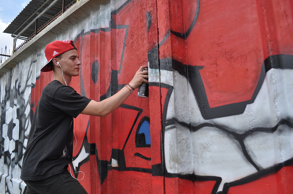 Одну из стен спорткомплекса «Труд» украсили граффити