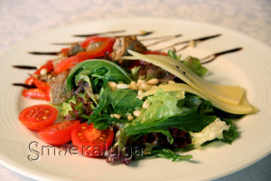Тёплый салат с томлёным перцем